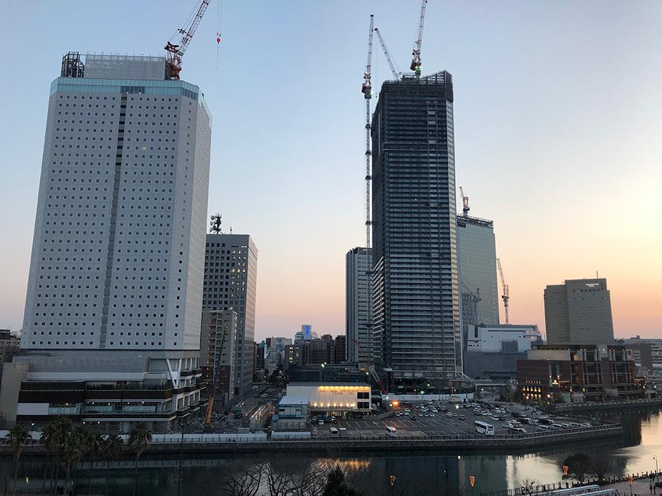 建設中のアパホテル横浜ベイタワー(左)